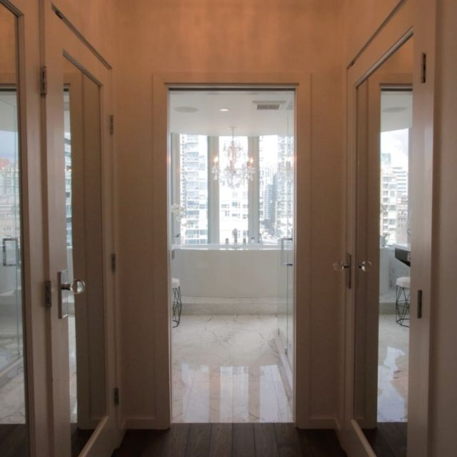 What bathroom dreams are made of😍. These homeowners perfected this incredible master ensuite down to every last detail. I mean, who doesn't love a chandelier?! Not to mention the stunning views of False Creek & Granville Island. Contact us if you are looking for more details on this stunning sub-penthouse!